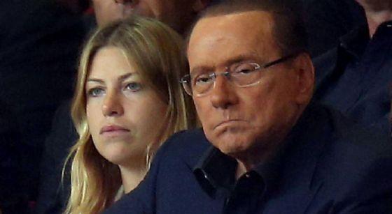 Lo sguardo torvo di Silvio Berlusconi accanto alla figlia Barbara