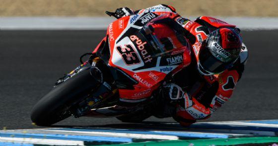 Marco Melandri in azione nei test della Superbike a Jerez
