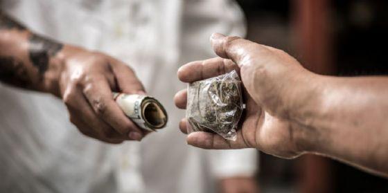 Due uomini nell'atto dello scambio di droga