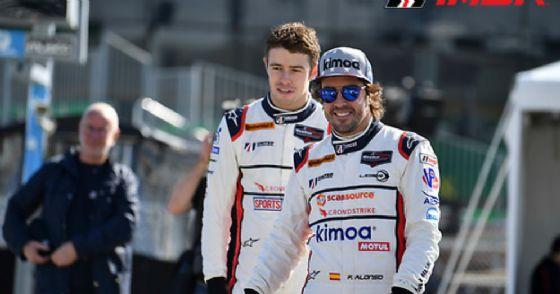 Fernando Alonso nel paddock di Daytona con il suo compagno di squadra Paul di Resta