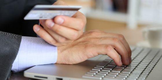 Un uomo nell'atto di un pagamento online