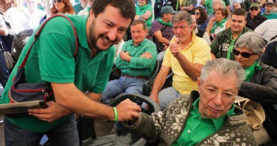 Il segretario della Lega Matteo Salvini stringe la mano al fondatore del partito Umberto Bossi