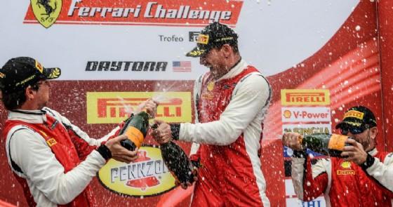 Michael Fassbender sul gradino più alto del podio del Ferrari Challenge Coppa Shell a Daytona