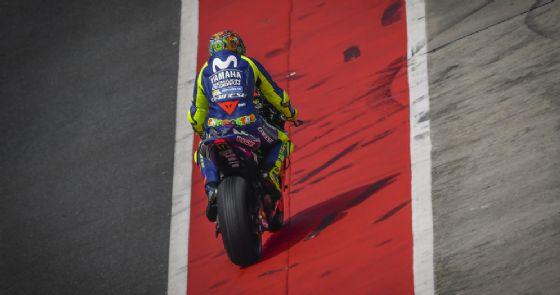 Valentino Rossi esce dai box in sella alla sua Yamaha nei test di Sepang