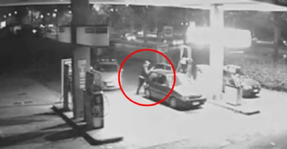 Il ladro al distributore e l'auto della polizia