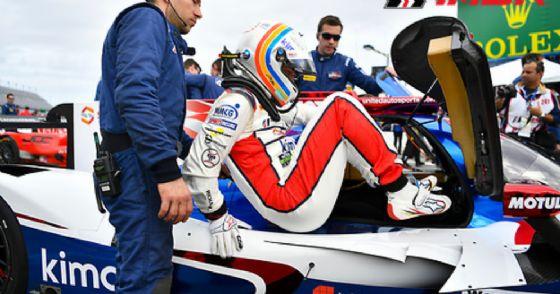 Fernando Alonso sale nell'abitacolo della sua Ligier alla 24 Ore di Daytona