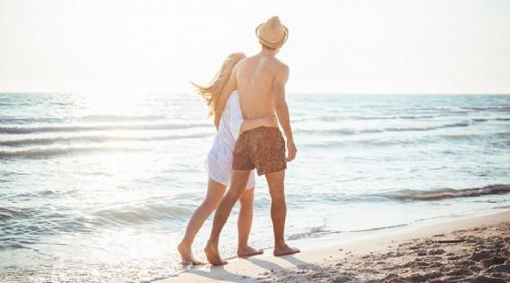 Una coppia che passeggia sulla spiaggia