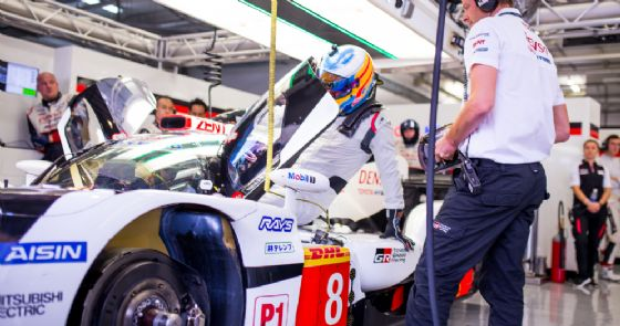 Fernando Alonso sale a bordo del prototipo Toyota negli scorsi test in Bahrein