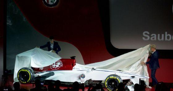 I due piloti Charles Leclerc e Marcus Ericsson svelano la monoposto Alfa Romeo Sauber