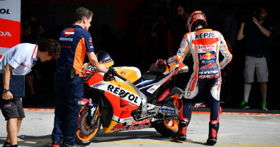 Marc Marquez scende dalla sua nuova Honda 2018 al termine dei test di Sepang