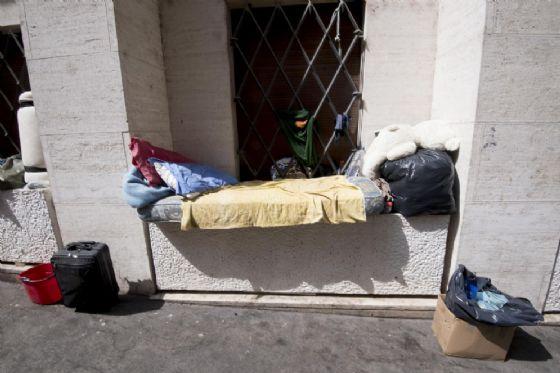 I giacigli di clochard e di senza fissa dimora in via Pfiffer a Roma, 31 agosto 2017