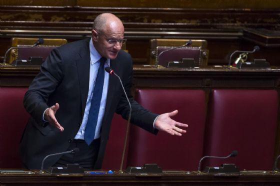Fabio Rampelli in aula durante le dichiarazioni del voto di fiducia sul decreto legge migranti alla Camera dei Deputati, Roma, 11 aprile 2017