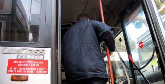 Un autista dell'autobus su una vettura in servizio a Roma