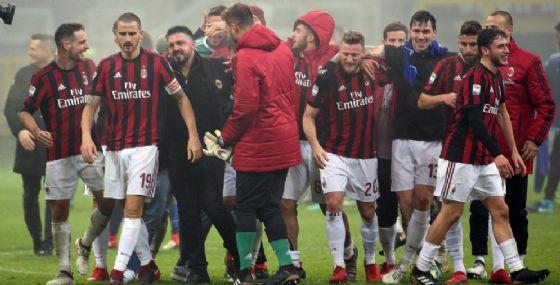 Gattuso circondato dai suoi dopo la vittoria in campionato contro la Lazio