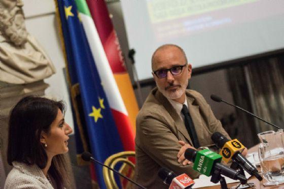 Il sindaco di Roma Virginia Raggi, con l'assessore all'Urbanistica Luca Montuori