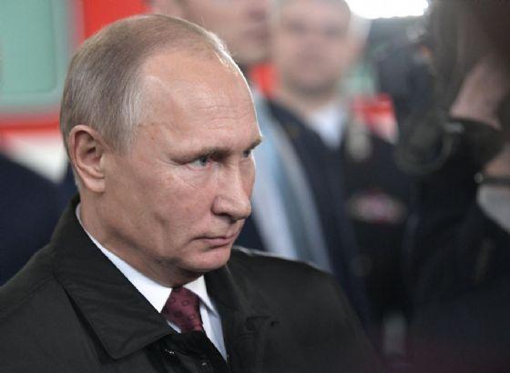 Il presidene russo, Vladimir Putin, in visita a una fabbrica