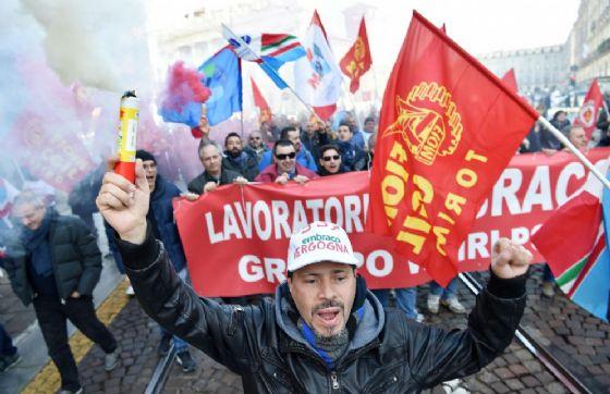 Corteo dei lavoratori della Embraco, gruppo Whirlpool, contro i licenziamenti annunciati dall'azienda sfila per le vie di Torino