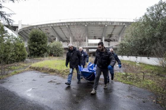 Il corpo dell'uomo trovato all'interno dello stadio Flaminio viene portato via dalla polizia. L'uomo, probabilmente un senzatetto, dimorava nei locali dismessi dell'impianto. Si ipotizza una morte per cause naturali