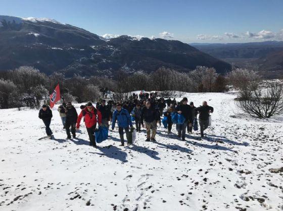 I volontari di Casapound mentre salgono sul monte Giano per ripiantumare gli alberi della pineta