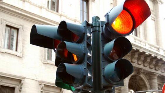 Il semaforo rileverà i veicoli con assicurazione e revisione scaduta