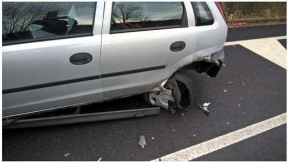 L'auto danneggiata in via Sella, che ha portato all'intervento dei vigili urbani