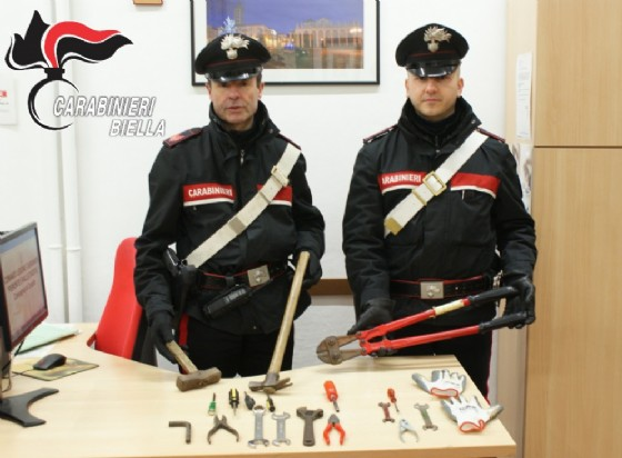 Carabinieri ed il materiale sequestrato