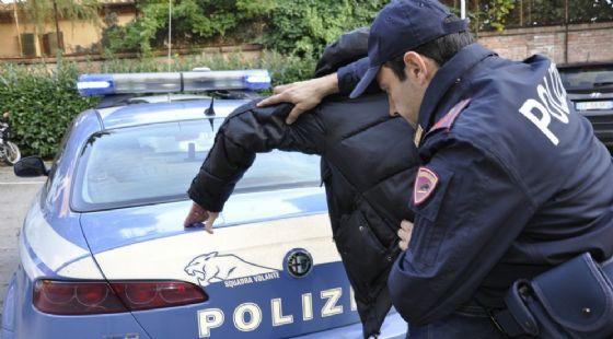L'uomo è stato bloccato e arrestato dalla polizia