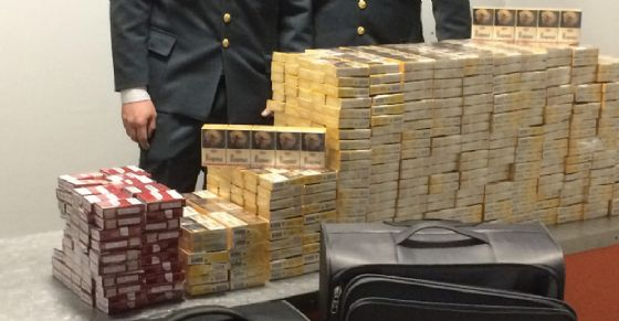 Scende dall'aereo con due valigie piene di sigarette: preso il contrabbandiere