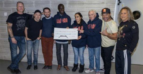 La consegna dei 15mila euro dei Metallica