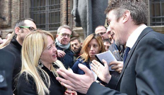 Il direttore del Museo Egizio Christian Greco discute con Giorgia Meloni.