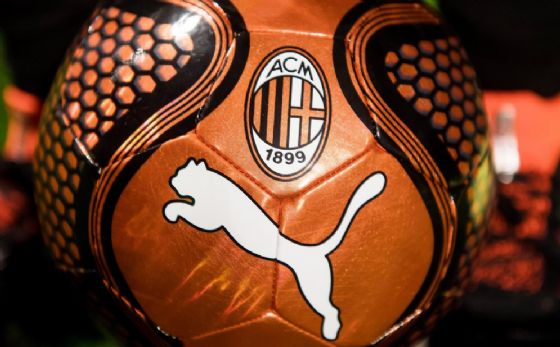Un pallone con i simboli di Puma e Milan