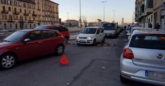 La lunga fila d'auto che si è formata a causa dell'incidente