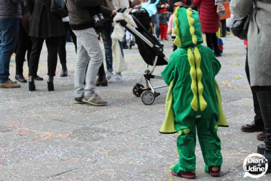 Martedì Grasso: piazza San Giacomo 'invasa' dalle mascherine