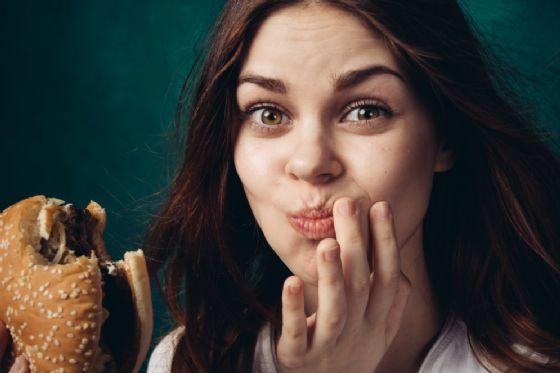 Masticare lentamente aiuta a perdere peso