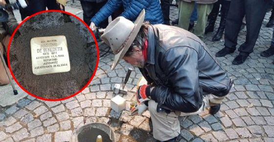 La posa della pietra d'inciampo (© Comune di Collegno)