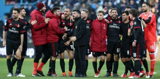 Gattuso festeggia con i suoi ragazzi dopo la vittoria di Ferrara