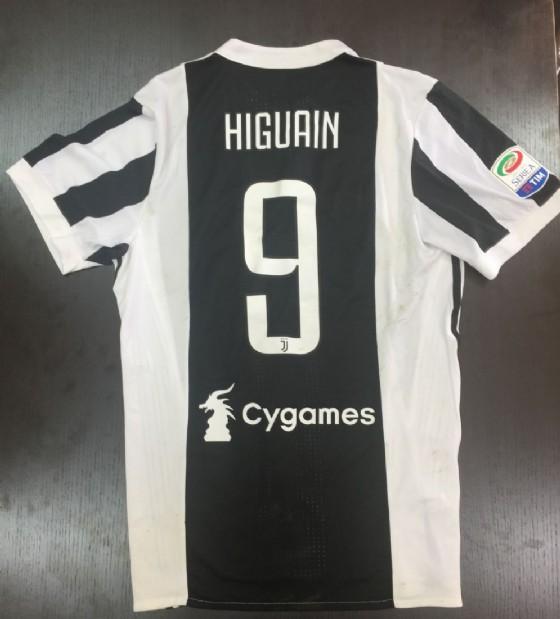 La maglietta donata dall'attacante della Juve