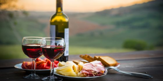 Love the Wine Bus: romantiche degustazioni e storie di passione (© AdobeStock | Pavel Timofeev)