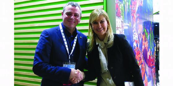 Mauro Bernardini, presidente di Mpi Italia, e Suzana Pavlin, sales manager del Gruppo Hit, all'atto della stipula dell'accordo