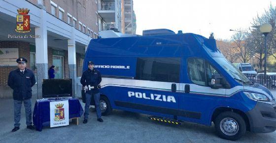Polizia di Stato davanti al centro commerciale di via Lamarmora (© Diario di Biella)
