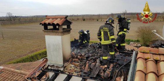In fiamme il tetto di una casa a Taiedo di Chions: incendio domato (© Vigili del Fuoco)