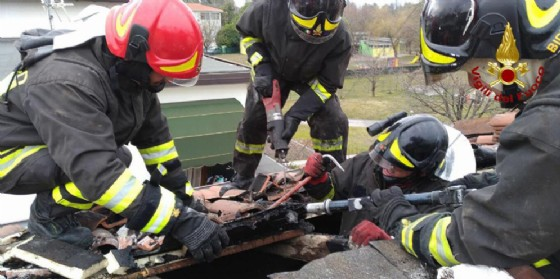 In fiamme il tetto di una casa a Pordenone: incendio domato