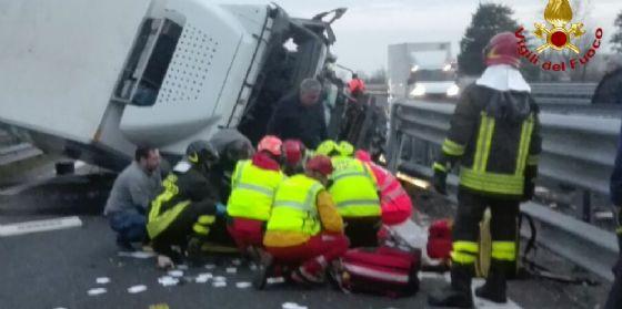 Camion si ribalta su un fianco: bloccata la A28 (© VF)