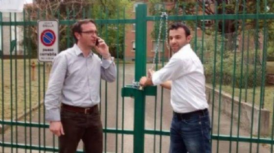 Michele Mosca (a sinistra) insieme a Giacomo Moscarola durante una protesta contro il Comune per gli spazi concessi agli immigrati (© Diario di Biella)