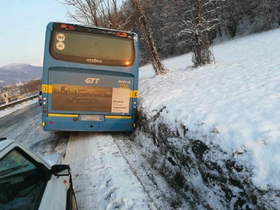 L'autobus finito fuori strada ripreso da dietro