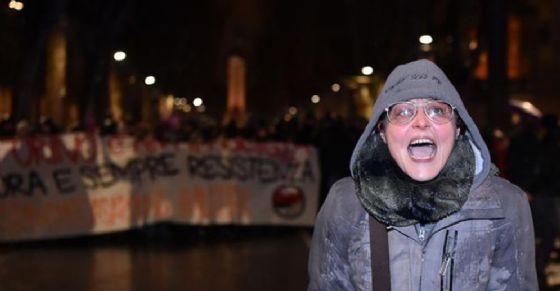Lavina Cassaro durante la mnifestazione antifascista a Torino (© ANSA)