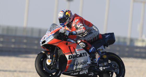 Andrea Dovizioso in sella alla Ducati nei test in Qatar