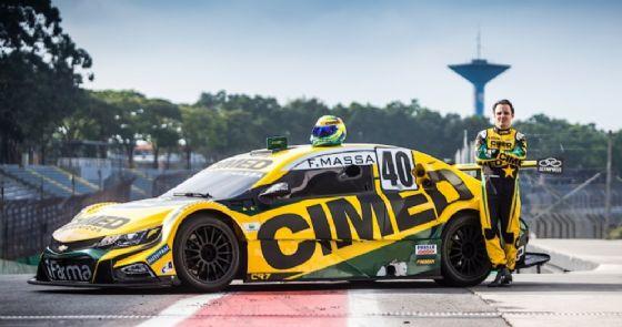 Felipe Massa a fianco della vettura che guiderà nel campionato brasiliano di stock car