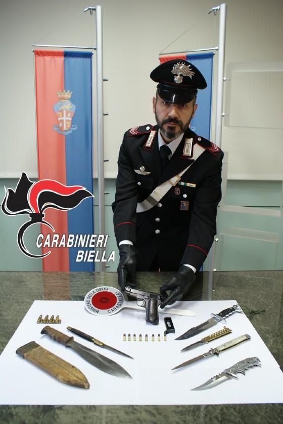Carabinieri e le armi sequestrate