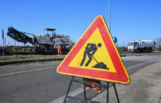 Lavori in corso per riparare i danni in una strada di Roma
